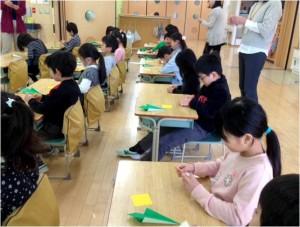 1年生 ゲストティーチャーによる折り紙教室