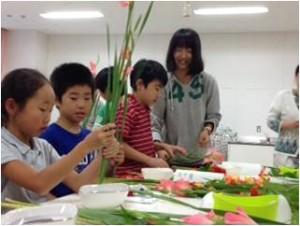 4年生 ゲストティーチャーによる華道体験